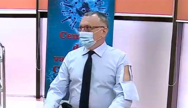 Ρουμάνος υπουργός πήγε να εμβολιαστεί με πουκάμισο βγαλμένο από το ΑΜΑΝ Telemarketing