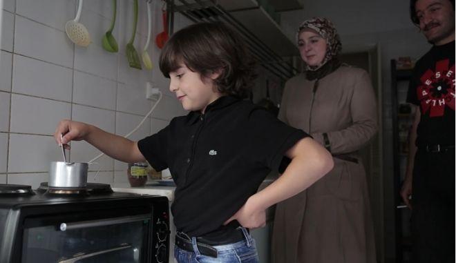 NEWS247 WEBTV: Πώς μια οικογένεια προσφύγων βρήκε στέγη στα Εξάρχεια