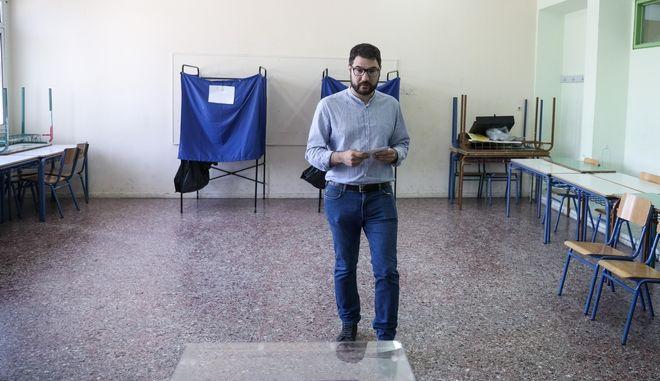 Ψηφοφορία από τον υποψήφιο δήμαρχο Αθηναίων Νάσο Ηλιόπουλο στον β' γύρο των αυτοδιοικητικών εκλογώντην Κυριακή 2 Ιουνίου 2019. (EUROKINISSI/ΣΤΕΛΙΟΣ ΜΙΣΙΝΑΣ)