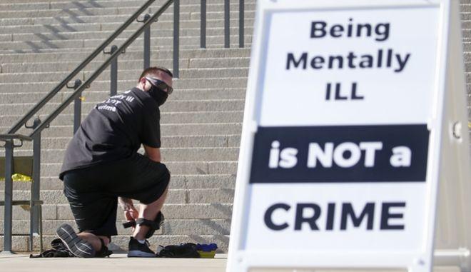 Ο Σέιν Μπρούκς, βετεράνος του Ναυτικού Σώματος, γονατίζει για εννέα ώρες έξω από το Καπιτώλιο της Γιούτα για να διαμαρτυρηθεί για την αστυνομική βαρβαρότητα