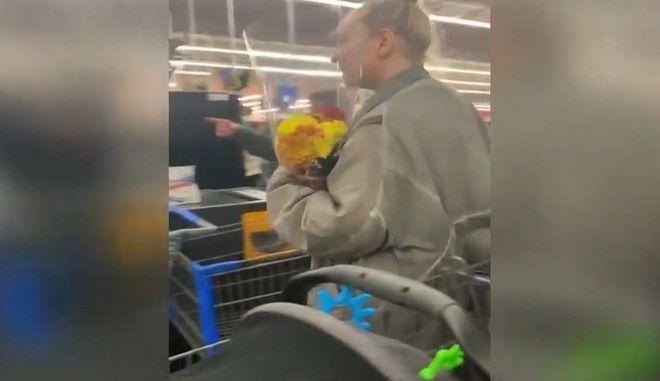 Η Sia πληρώνει τα ψώνια των πελατών σε σουπερμάρκετ