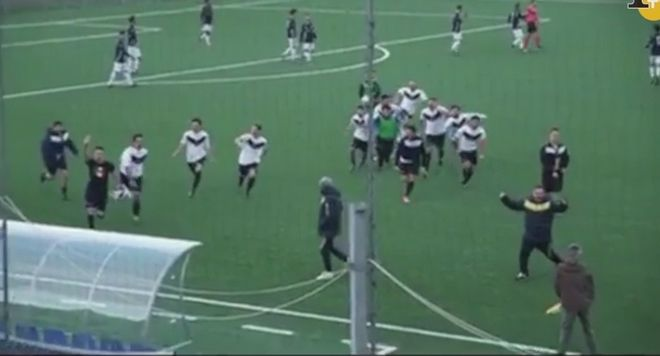 Βίντεο: Σάλος με το φασιστικό χαιρετισμό ποδοσφαιριστή σε χωριό όπου είχε γίνει σφαγή από τους ναζί