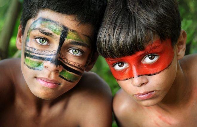Φωτογραφίζοντας φυλή στον Αμαζόνιο: Η Βραζιλία που ζει μακριά από το Μουντιάλ