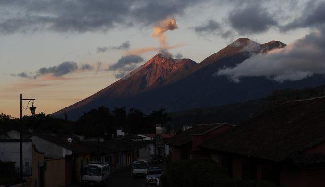Καπνός αναδύεται από το ηφαίστειο Φουέγο