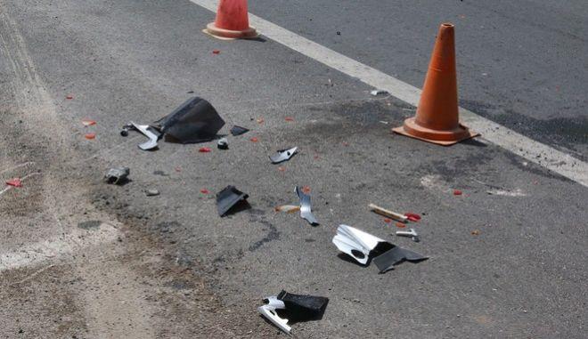 ΑΡΓΟΛΙΔΑ-Σύγκρουση Ι.Χ με μηχανή στο Ναύπλιο. Τροχαίο ατύχημα σημειώθηκε σήμερα,15 Μαΐου στην οδό Άργους- Ναυπλίου στο ύψος του κόμβου Νέας Τίρυνθας. Στο ατύχημα εμπλέκονται δύο Ι.Χ αυτοκίνητα και μια μηχανή, με τραυματία τον οδηγό της μηχανής τον οποίο και παρέλαβε ασθενοφόρο του ΕΚΑΒ. Σύμφωνα με πληροφορίες η μηχανή είχε κατεύθυνση από Άργος προς Ναύπλιο και συγκρούστηκε, με το μαύρο ΙΧ που βγήκε από την Τίρυνθα και έστριψε με κατεύθυνση προς το Ναύπλιο. Η μηχανή σύρθηκε στο οδόστρωμα και μπήκε στο αντίθετο ρεύμα. Ο οδηγός του κόκκινου ΙΧ προκειμένου να αποφύγει την μηχανή που μπήκε στο δρόμο του ανέβηκε πάνω στην νησίδα και προσέκρουσε στην πινακίδα.(eurokinissi-Βασίλης Παπαδόπουλος)
