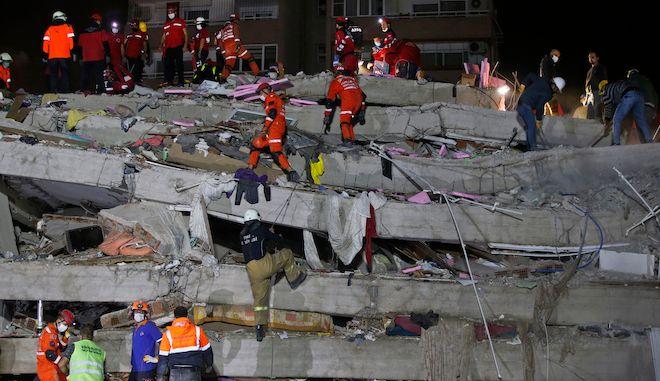 Σωστικό συνεργείο αναζητά επιζώντες κάτω από συντρίμμια κτιρίου, Σμύρνη 30 Οκτωβρίου 2020.