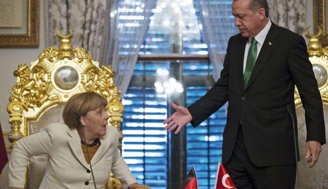 Νέες απειλές: Η Άγκυρα προειδοποιεί ότι θα αποσυρθεί από τη συμφωνία για τους μετανάστες