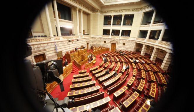 Ο αναπληρωτής υπουργός Παιδείας, Αθλητισμού και Πολιτισμού Κώστας Τζαβάρας  κατα τη συζήτηση επικαιρων ερωτησεων στην Βουτλή την Δευτέρα 3 Δεκεμβρίου 2012.  (EUROKINISSI/ΓΙΩΡΓΟΣ ΚΟΝΤΑΡΙΝΗΣ)