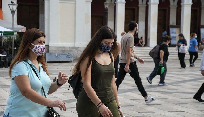 Κόσμος με μάσκες στην Πάτρα