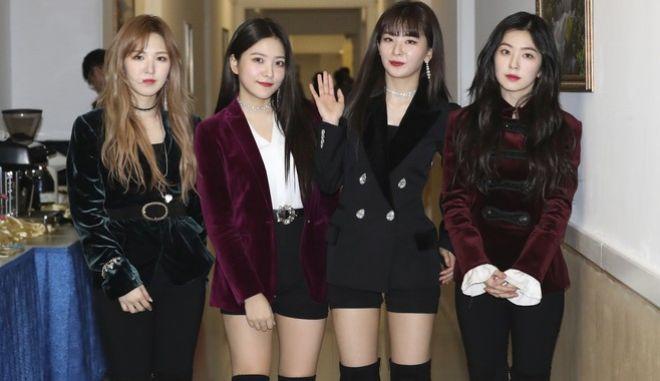 Το γυναικείο συγκρότημα Red Velvet από τη Νότια Κορέα τραγούδησε ενώπιον του Κιμ Γιονγκ Ουν (Korea Pool via AP)