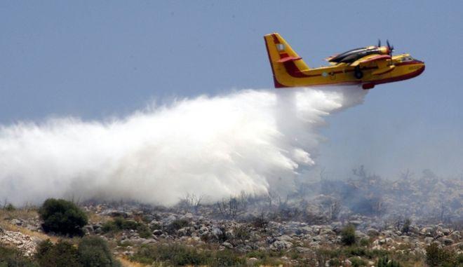 ΝΑΥΠΛΙΟ-Σε εξέλιξη βρίσκεται φωτιά που ξέσπασε το μεσημέρι σε αγροταδασική έκταση στη περιοχή Άγιος Αντώνιος και απείλησε το χωριό Μαραθιά του Δήμου Ναυπλίου Αργολίδας. Στο σημείο για την κατάσβεση της πυρκαγιάς επιχειρούν 14 πυροσβέστες με επτά οχήματα και από αέρος 2 αεροσκάφη.(EUROKINISSI-ΒΑΣΙΛΗΣ ΠΑΠΑΔΟΠΟΥΛΟΣ)