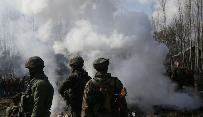 Ινδοί στρατιώτες στέκονται στα συντρίμμια ελικοπτέρου που κατέρρευσε