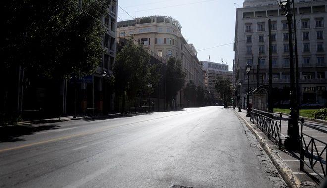 Άδειοι δρόμοι και κλειστά καταστήματα στην Αθήνα