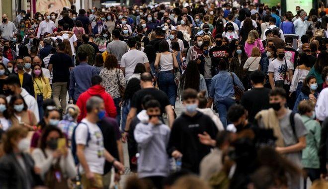 Κόσμος με μάσκα στη Μαδρίτη