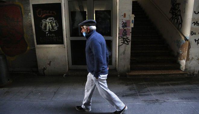 Άνδρας με μάσκα περπατά στην Κύπρο