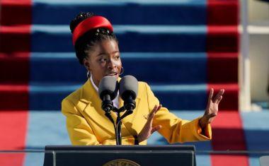 Η Αμερικανίδα ποιήτρια Αμάντα Γκόρμαν απαγγέλλει ένα ποίημα κατά την Εγκαίνια του Προέδρου των ΗΠΑ Τζο Μπάιντεν στο Καπιτώλιο των ΗΠΑ