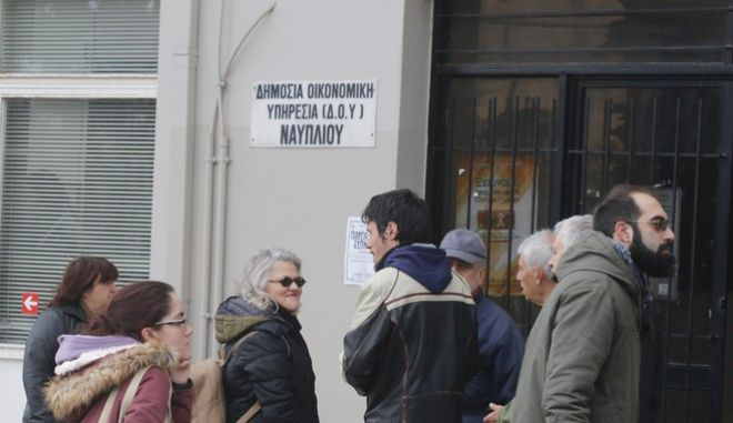 Παράσταση διαμαρτυρίας από επιτροπή του Αγροτοκτηνοτροφικού Συλλόγου της Αργολίδας με επικεφαλής τον πρόεδρου Ηλία Μαυριά, την Δευτέρα 30 Ιανουαρίου 2017, στην Εφορία Ναυπλίου με αίτημα να παρθεί άμεσα πίσω η Υπουργική Απόφαση που καταργεί την προηγούμενη διάταξη που προέβλεπε ότι οι οφειλές κάτω των 5.000 ευρώ δεν μεταβιβάζονται στο ΚΕΑΟ (άμεση είσπραξη). (EUROKINISSI/ΒΑΣΙΛΗΣ ΠΑΠΑΔΟΠΟΥΛΟΣ)