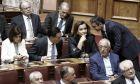 Ο πρόεδρος της ΝΔ Κυριάκος Μητσοτάκης με στελέχη του κόμματος της αξιωματικής αντιπολίτευσης στα έδρανα της Βουλής