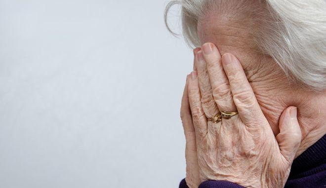 Έξωση σε 90χρονη και εγγονό για χρέος 1200 ευρώ