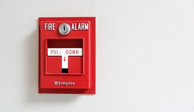 Η Πυροσβεστική μοιράζει βεβαιώσεις παράβασης πυροπροστασίας σε Διευθυντές Σχολείων