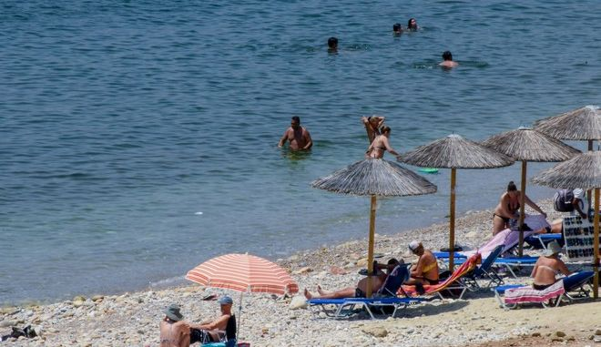 Στις παραλίες ο κόσμος λόγω καύσωνα
