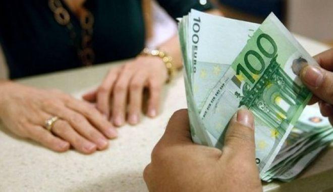 Τρύπες σε έσοδα έλλειμμα και δαπάνες