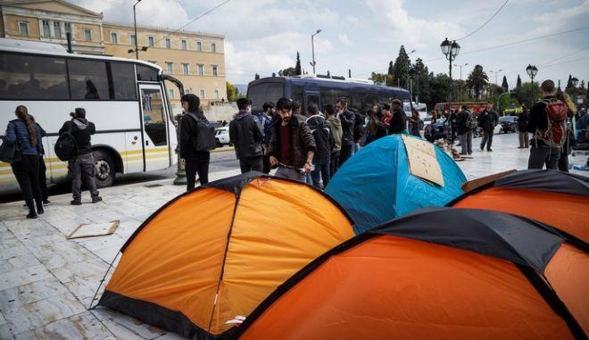 Πρόσφυγες και μετανάστες αποχωρόυν από την πλατεία Συντάγματος το Σάββατο 20 Απριλίου 2019.