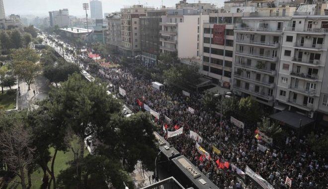 """""""Πλημμύρισαν"""" όλοι οι δρόμοι γύρω από το Εφετείο, σε μία συγκέντρωση ευρείας έκτασης και ιστορικής σημασίας για τη Δημοκρατία"""