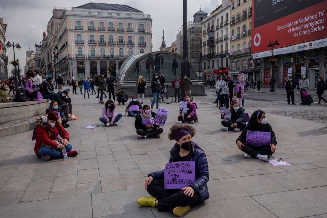 Παρά την απαγόρευση γυναίκες παρευρίσκονται σε μια συγκέντρωση για τη Διεθνή Ημέρα της Γυναίκας στην πλατεία Πουέρτα ντελ Σολ στο κέντρο της Μαδρίτης