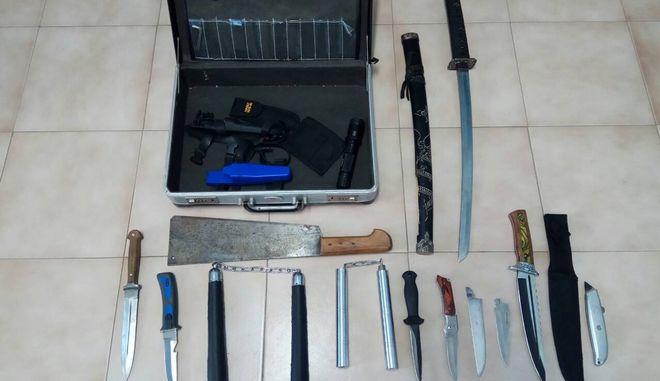 Σαντορίνη: 15χρονος είχε βαλίτσα γεμάτη μπαλτάδες και μαχαίρια