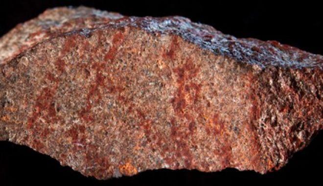 """Ανακαλύφθηκε το αρχαιότερο """"σκίτσο"""" του Homo sapiens ηλικίας 73.000 ετών"""