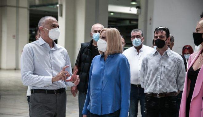 Η Φώφη Γεννηματά κατά την επίσκεψή της στο Κέντρο Διαλογής ΕΛΤΑ στο Κρυονέρι