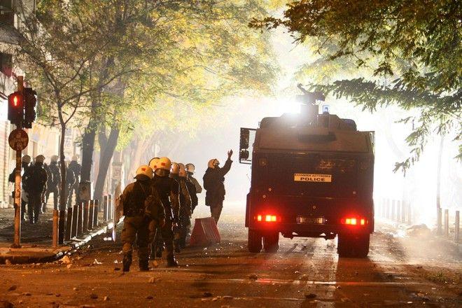 Το όχημα της ΕΛΑΣ σε επεισόδια στο περιθώριο πορείας στη μνήμη του Αλ. Γρηγορόπουλου