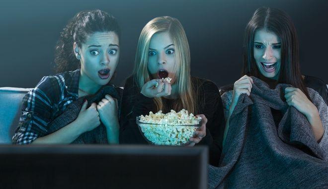 Παρακολουθώντας ταινία τρόμου