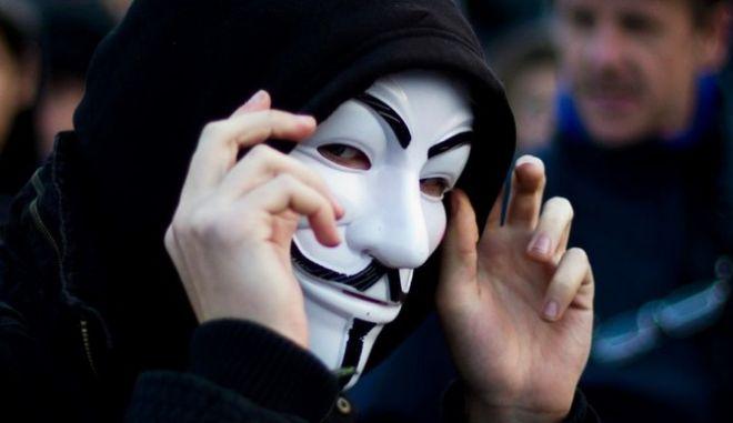 """Berlin/ ARCHIV: Ein Teilnehmer der Demonstration der Occupy-Bewegung """"Wir lassen uns nicht aushebeln - Wir sind die 99 Prozent"""" gegen die Macht der Banken traegt in Berlin vor dem Reichstaggebaeude eine Maske, die den englischen Attentaeter Guy Fawkes (1570-1606) darstellen soll (Foto vom 05.11.11). Anonymous entstand im Kampf gegen Scientology. 2008 begannen die Aktivisten damit, in aller Welt vor den Dependancen von Scientology fuer Redefreiheit zu demonstrieren. Noch heute stehen haeufig Aktivisten von Anonymous neben Scientology-Staenden in Fussgaengerzonen. Die Aktivisten sind an ihren weissen Guy-Fawkes-Masken zu erkennen, die ihr Gesicht verdecken und so fuer Anonymitaet sorgen. (zu dapd-Text) Foto: Maja Hitij/dapd"""