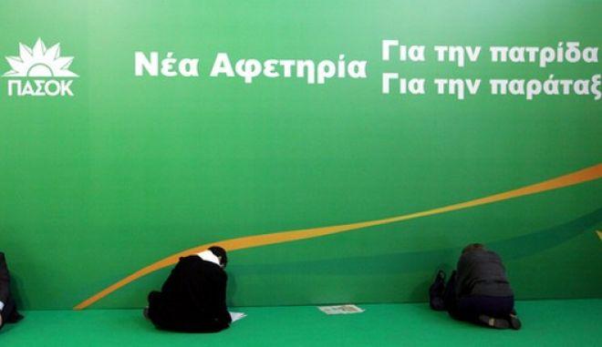 Σύνεδροι ψηφίζουν στο συνέδριο του ΠΑΣΟΚ, την Κυριακή 3 Μαρτίου 2013.  (EUROKINISSI/ΓΕΩΡΓΙΑ ΠΑΝΑΓΟΠΟΥΛΟΥ)