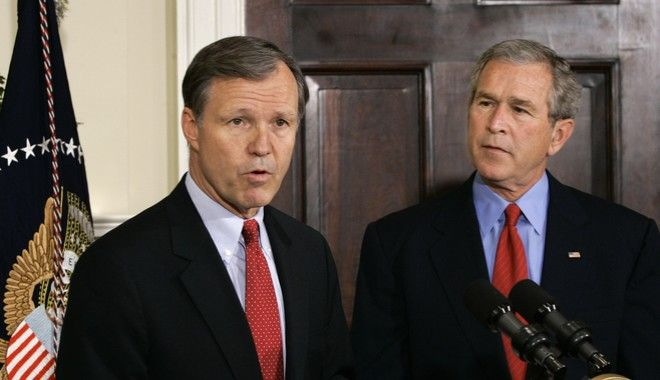O Christopher Cox είναι σήμερα 68 χρόνων. Για 17 χρόνια ήταν μέλος των Ρεπουμπλικανών στο Κογκρέσο. Επί Reagan ήταν και μέλος του Λευκού Οίκου. Ξεκίνησε την καριέρα του ως δικηγόρος. Αυτήν την εποχή είναι σύμβουλος στη Morgan,Lewis & Bockius.