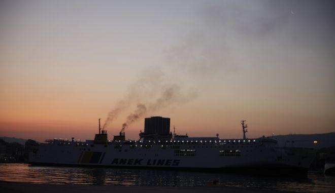 Πλοία στο λιμάνι του Πειραιά
