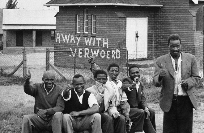 Μέλη του Εθνικού Αφρικανικού Κονγκρέσου. Στο βάθος, σύνθημα κατά του πρωθυπουργού της Ν. Αφρικής και