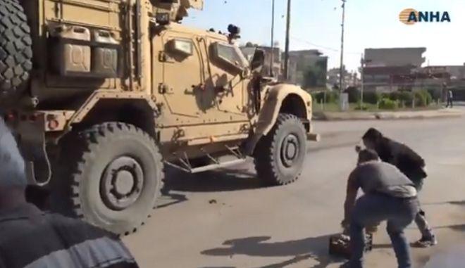 Κούρδοι πετούν πατάτες στα αμερικανικά στρατεύματα