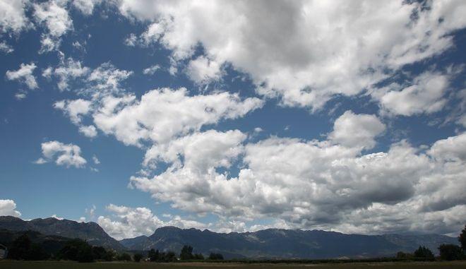 Σύννεφα στον ουρανό πάνω από χωράφια σε περιοχή του νομού Τρικάλων με φόντο την οροσειρά του Κόζιακα (Κερκέτιο Όρος). (EUROKINISSI/ΘΑΝΑΣΗΣ ΚΑΛΛΙΑΡΑΣ)