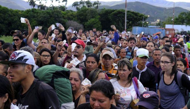 Bενεζουελάνοι στα σύνορα με την Κολομβία το Σάββατο