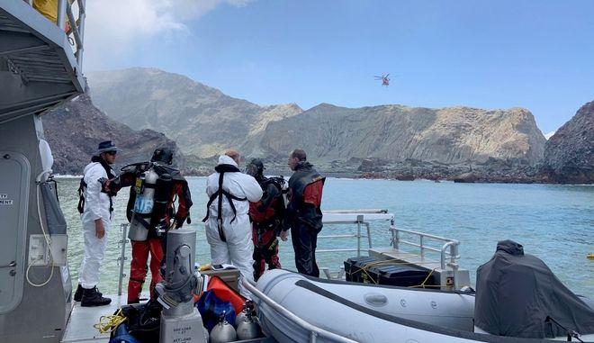 Δύτες της αστυνομίας αναζητούν πτώματα από το ηφαίστειο