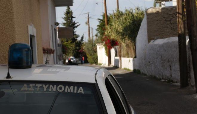 Περιπολικό σε δρόμο των Αγίων Ασωμάτων στην Αίγινα όπου βρέθηκαν νεκρά και με εγκαύματα βρέθηκαν μια 77χρονη και 44χρονος ανηψιός της σε ισόγεια κατοικία, όπου είχε εκδηλωθεί μικρής έκτασης φωτιά. Το σπίτι έφερε ίχνη αναστάτωσης και η Αστυνομία εξετάζει όλα τα ενδεχόμενα, ακόμα και αυτό της εγκληματικής ενέργειας.  (EUROKINISSI/ΣΤΕΛΙΟΣ ΜΙΣΙΝΑΣ)