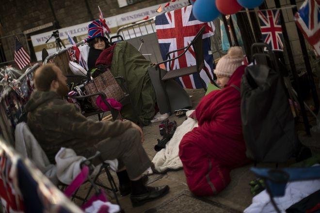 Υποστηρικτές της μοναρχίας κατασκηνώνουν στους δρόμους για να εξασφαλίσουν τη θέση τους για την αυριανή μέρα.