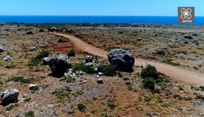 """Η απόκοσμη """"έρημος"""" με τους μυστηριώδεις κυκλώπειους βράχους στην άκρη της Ελλάδας"""