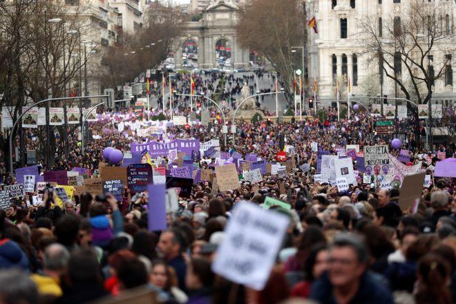 Διαδηλωτές συμμετέχουν σε πορεία την Παγκόσμια Ημέρα της Γυναίκας στη Μαδρίτη το 2020(φωτογραφία αρχείου)