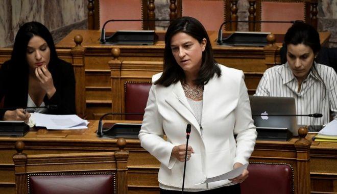 Η υπουργός Παιδείας Νίκη Κεραμέως στη Βουλή