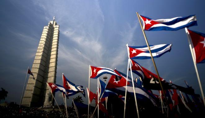 Σημαίας της λαϊκής δημοκρατίας της Κούβας κατά τον εορτασμό της Πρωτομαγιάς στην πλατεία της Επανάστασης στην Αβάνα