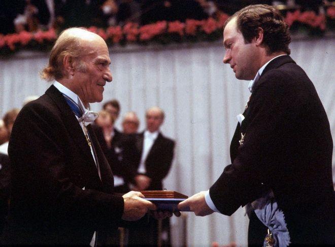 Ο Οδυσσέας Ελύτης παραλαμβάνει το Νόμπελ Λογοτεχνίας από τον βασιλιά της Σουηδίας τον Δεκέμβριο του 1979 στη Στοκχόλμη